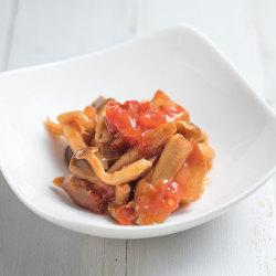 トマトで煮込んだカツオとキノコ